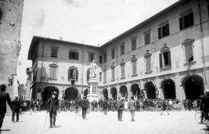 Piazza-del-comune-bianco-e-nero