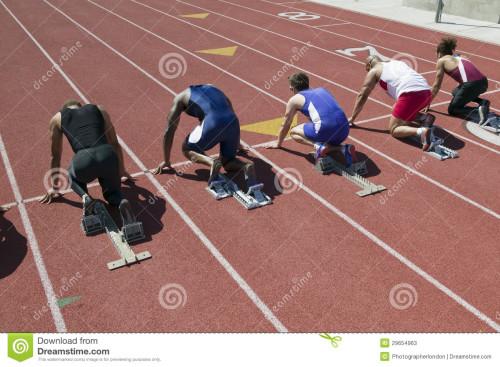 atleti-maschii-alla-linea-di-partenza-di-corsa-29654963