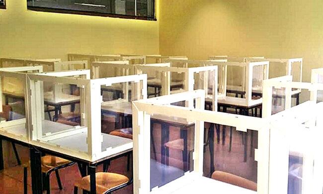 Un' aula del liceo artistico Giacomo e  Pio Manzù, dove sono già stati collocati dei divisori in plexiglass accanto a ciascun banco in modo da rispettare le regole del distanziamento sociale e permettere il rientro degli studenti nella scuola a settembre, Bergamo, 5 giugno 2020. ANSA/PER GENTILE CONCESSIONE DEL LICEO GIACOMO E PIO MANZU'